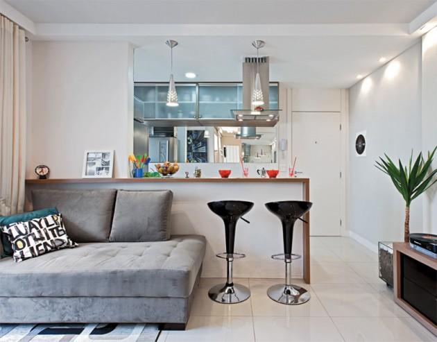 Cozinha e salas integradas por meio de um balcão. Os bancos também são elementos decorativos.